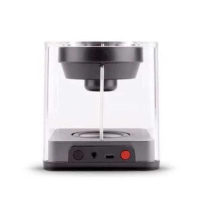 """Allury Brindes - Uma caixa de som Bluetooth com estilo único e modo """"party"""", no qual luzes de LED mudam de cor enquanto toca músicas á uma potência de 10 Watts. Além d..."""