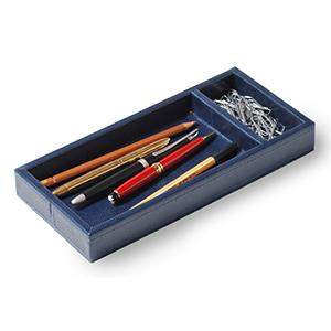 Laeder Couro - Porta-lápis e clipes em couro azul com costura.