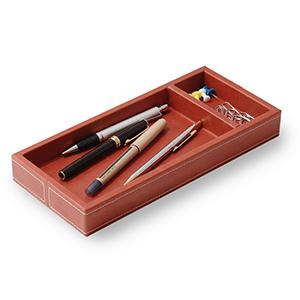 Laeder Couro - Porta-lápis e clipes em couro telha com costura.