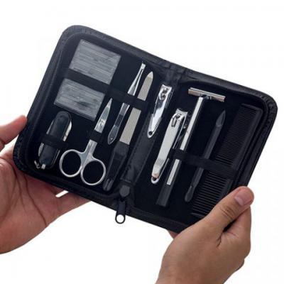 Brindes Qualy - Kit manicure masculino em estojo de couro sintético preto. Contém: 1 Base para Barbear 5 Laminas para Barbear 1 Tesoura 1 Pinça 1 Lixa 2 Cortadores 1...