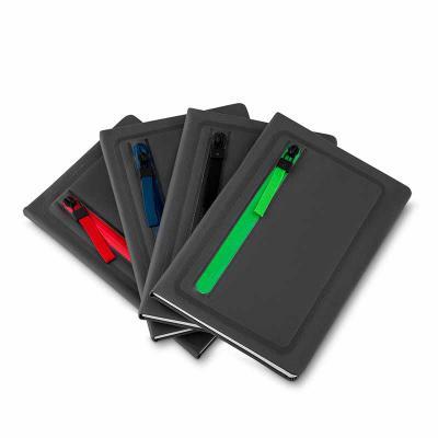 Brindes Qualy - Cadernos de anotações com porta objetos na capa, capa com material sintético, 80 folhas.