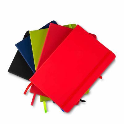 qualy-brindes - Cadernos de anotações com elástico, suporte para caneta, capa com material sintético, 80 folhas pautadas cor bege. 21x14x2cm