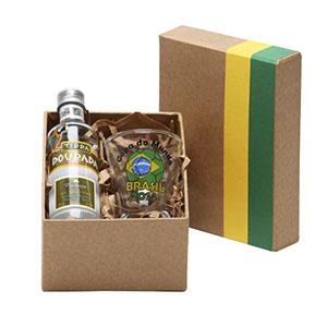 Donare Presentes - Caixa em papelão rígido com detalhes em verde e amarelo, contendo 01 garrafa de cachaça de 50 ml, 01 copo para cachaça de 60 ml
