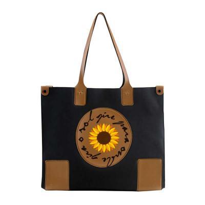 PVChic - A sacola Ela é um belo modelo, rico em detalhes,feito para divulgar a sua empresa com sofisticação. Seus 26,5 x 34,5 x 11 cm, garantem acomodar perfei...