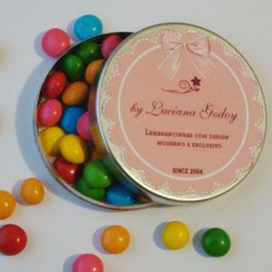 By Luciana Godoy - Personalizados Especiais - Latinha personalizada com confeitos de chocolate.
