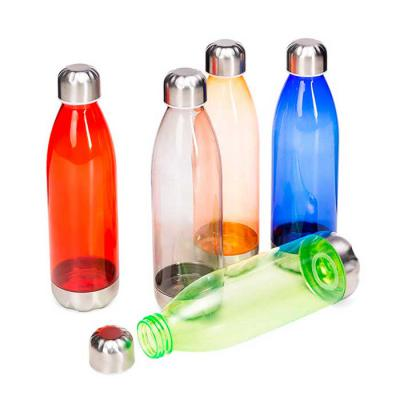 Line Brindes - Squeeze plástico 700ml formato garrafa. Corpo transparente colorido, possui tampa e base em alumínio.