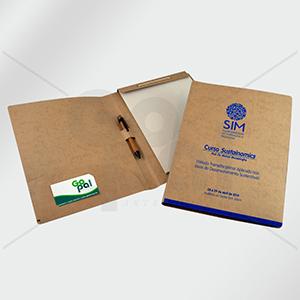 Craft House Brasil - Pasta em cartão com bolsa, bloco, caneta e cartão com impressão em silk.