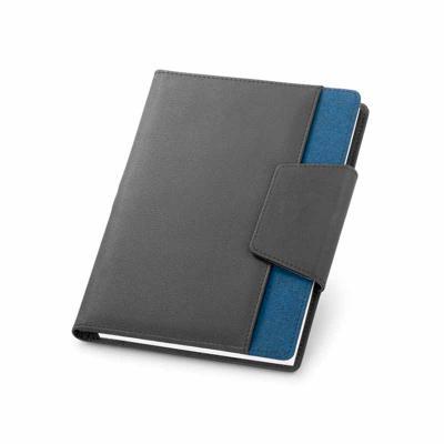 Nexo Brindes - Capa com caderno. C. sintético e tecido em poliéster. Capa com fecho magnético e bolso exterior. Caderno removível com 80 folhas não pautadas. Com bol...