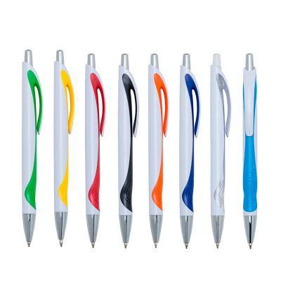 Caneta plástica branca com detalhe colorido. Clip plástico com acionador e ponteira prata, aciona por clique..
