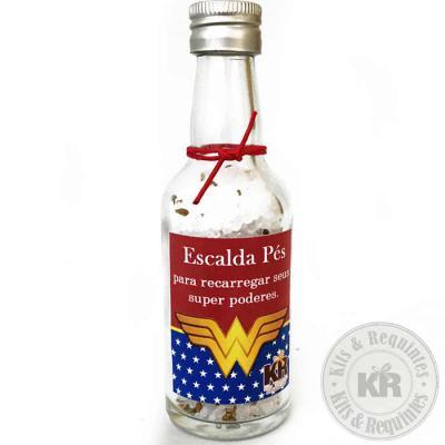 Kits & Requintes - Garrafinha de vidro 50ml com tampa de rosca em alumínio, etiqueta personalizada, acompanha fita, contendo escalda pés (sal grosso para reduzir o incha...