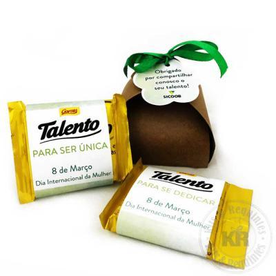 Kits & Requintes - Caixa em papel Kraft com fita e tag personalizada, contendo 2 chocolates mini Talento 25g personalizados.