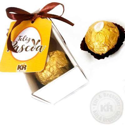 Kits & Requintes - Caixa Kraft ou Branca, com tampa em acetato transparente (tamanho 8cm C x 4cm L x 4cm A), fita colorida e Tag personalizada, contendo 2 bombons Ferrer...