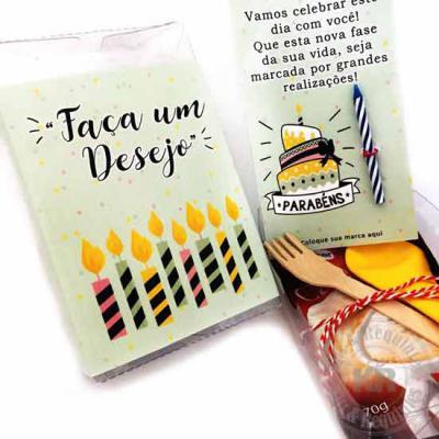 Kits & Requintes - Kit Parabéns: caixa em acetato com rótulo (11cm A x 8cm L x 4cm A) personalizado, contendo 1 card personalizado (8cm L x 12,9cm A) e 1 vela. Acompanha...