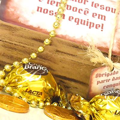 Kits & Requintes - Baú de madeira personalizado, acompanha 2 bombons Ouro Branco e 3 moedinhas de chocolate.