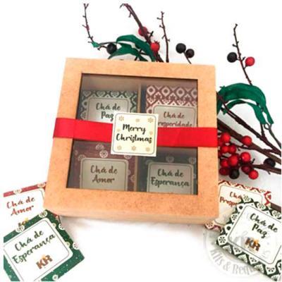 Kits & Requintes - Caixa de madeira com visor de vidro, 12 sachês de chá personalizado. Decorada com fita e personalização no vidro. Deseje tudo de bom nesse Natal