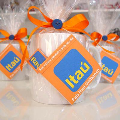 Kits & Requintes - Caneca de porcelana lisa com chá personalizado.