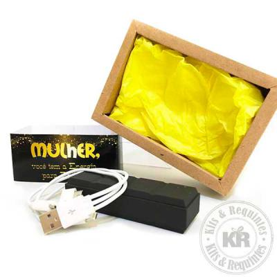 Kits & Requintes - Power Bank com cabo USB em caixa craft, com tampa em acetato transparente, folha de seda na base e cinta personalizada.