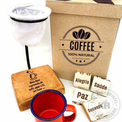 Kits & Requintes - Caixa em MDF personalizada, contendo um coador de cafe de pano com base em madeira personalizada