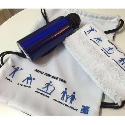 Kits & Requintes - Mochila personalizada com toalha e squeeze. Embalados em celofane, fita e tag.