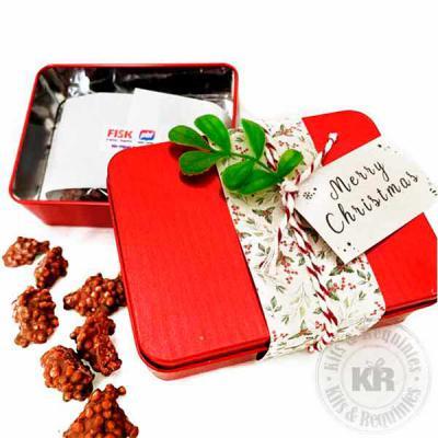 Kits & Requintes - Lata de alumínio decorada com tecido e enfeite de natal, acompanha crisps de chocolate. Ótima opção de mimo para o Natal.