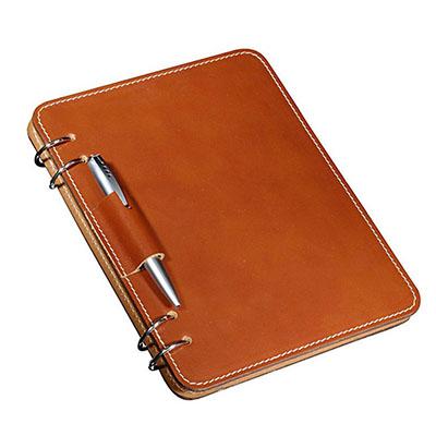 UP Couro - Bloco personalizado pespontado, confeccionado em couro ou sintético, com 04 argolas laterais, porta caneta, gravação da capa em relevo, acompanhando m...