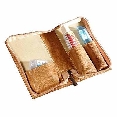 UP Couro - Kit bucal personalizado, confeccionado em couro e sintético, contendo creme dental, escova e fio dental.