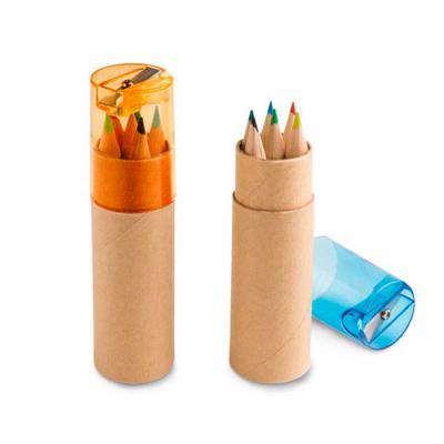 Canarinho Brindes - Kit Escolar Personalizado contem Caixa de cartão com 6 mini lápis de cor. Cartão e plástico. Com apontador. ø26 x 103 mm  Personalizado com a tua logo...