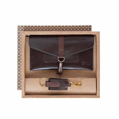 Alvo Couro - O kit feminino possui um porta celular em couro com fechamento em lingueta com botão, para guardar e proteger seus pertences, e um charmoso chaveiro r...