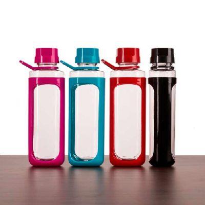 Brindes Play - Squeeze plástico 650ml transparente com detalhes coloridos. Tampa colorida rosqueável com relevo, possui alça e uma espécie de capa(não é removível) p...