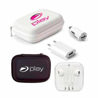 Brindes Play - Kit carregador contém uma case, um adaptador para carro (USB), um fone auricular e uma tomada de casa (USB).