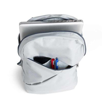 BrinClass - Mochila poliéster com compartimento para notebook. Possui um compartimento superior com bolso interno para notebook e compartimento/bolso frontal com...