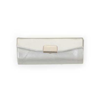 diferente-mente-brindes - Porta batom em couro sintético prata com plaquinha de metal frontal com botão para abrir/fechar, possui um espelho interno.