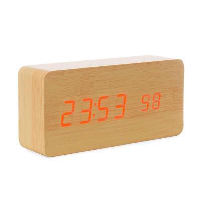 Diferente Mente Brindes - Relógio digital LED com alarme, pode ser utilizado através da fonte USB (acompanha) ou 3 pilhas AAA (não acompanha). Produzido em MDF, o relógio possu...