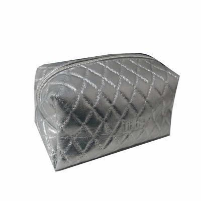 Brindes e Ideias - Necessaire matelassê personalizada baixo relevo ou placa de metal gravada no laser.
