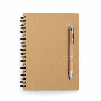 BTM Brindes - Caderno B6 capa dura. Papel kraft. 70 folhas não pautadas papel pedra de 120 g/m². Imã na capa que funciona como um suporte de esferográfica. Esferogr...
