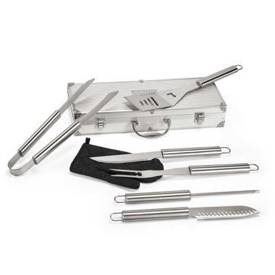 BTM Brindes - Kit churrasco. Aço inox. Luva de cozinha em poliéster e 6 peças em estojo de alumínio. Food grade. Estojo: 450 x 170 x 80 mm | Placa: 80 x 50 mm