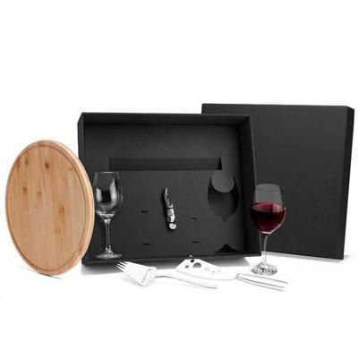 BTM Brindes - Kit para queijo e vinho Conta com tábua 30cm em Bambu; abridor de vinho, plaina com garfo e faca para queijo em Inox; duas taças para vinho em Vidro.