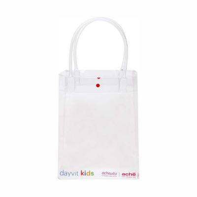 """Megga Promo - Produzida em PVC cristal 030 mm transparente, alça de PVC (canudo) """"10"""" mm, botão plástico """"10"""". Medidas, 25 cm de largura x 32 cm de altura x 10 cm d..."""
