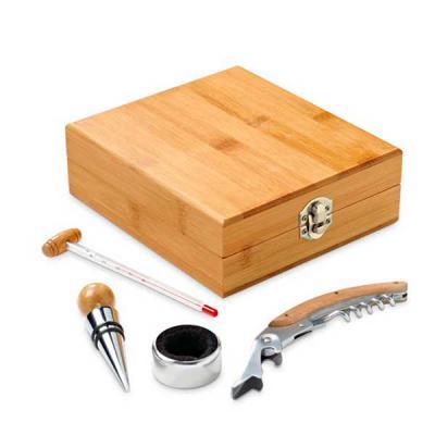 Brindes de Luxo - Conjunto para vinho. Bambu e zinco. Saca-rolhas com canivete de sommelier, termómetro, rolha e gargantilha. 147 x 167 x 54 mm Produto amigo do ambient...