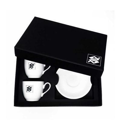 Brindes de Luxo - Conjunto com 2 xэcaras e pires de cafщ de porcelana com personalizaчуo. 80 ml. Caixa de papelуo de presente com berчo.