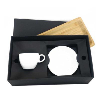 Brindes de Luxo - Kit com uma xícara e pires de café de cerâmica com bandeja de bambu, podendo ser usada também como travessa para bolachas. Acomodados em uma caixa com...