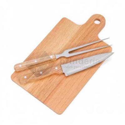 Brinderia Brindes - Kit Churrasco 3 Peças  Descrição:Kit churrasco 3 peças com: tábua para corte, faca e garfo(pegador de madeira).  Medidas aproximadas para gravação(C...