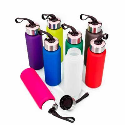 Brinderia Brindes - Squeeze plástico de 680ml. Produzido em PVC fosco, a squeeze possui tampa rosqueável em inox com alça elástica para transporte (não removível).