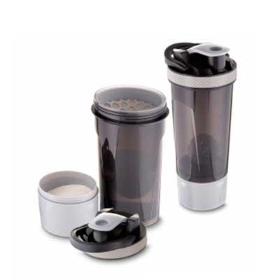 MR Cooler - Garrafa Coqueteleira plástica 720 ml com copo, misturador e peneira.  Plástico Utilizado: PP (Polipropileno)  Medidas: 24,4 x 10,2cm
