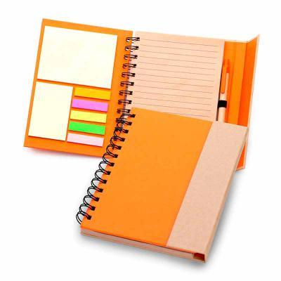 Promozionale Brindes - Caderno de anotações capa dura com fechamento através de ímã na aba externa, contendo 70 folhas em kraft pautado, 7 blocos de auto colantes com 25 fol...