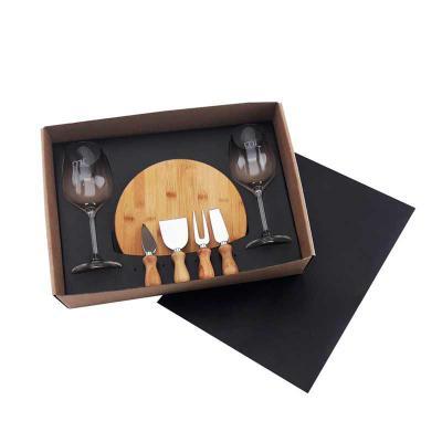 Promozionale Brindes - Caixa para presente com 02 taças de vidro para vinho 380ml, 01 tábua para queijo em bambu, 01 faca de ponta, 01 espátula, 01 garfo e 01 faca ponta ret...