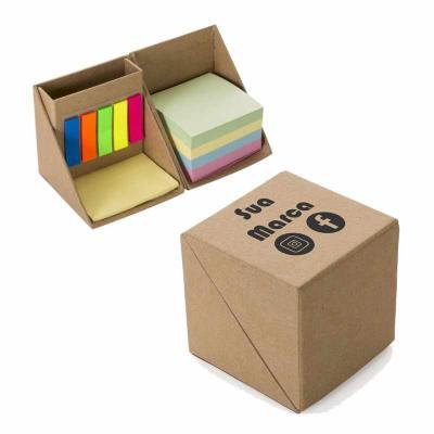 Brintec Brindes Promocionais - Bloco de anotações com sticky notes formato cubo, abre e fecha em diagonal. Possui 5 blocos auto-colantes com aproximadamente 26 folhas cada, bloco am...