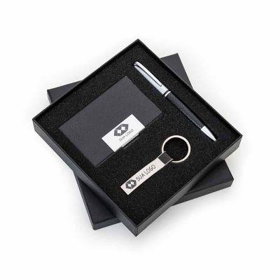 Brintec Brindes Promocionais - Kit executivo 3 peças em estojo de papelão com tampa e parte interna revestida de espuma. Contém: chaveiro metal fosco com detalhe em couro preto, por...