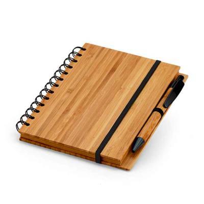 Brintec Brindes Promocionais - Caderno. Bambu. Com 70 folhas pautadas de papel reciclado. Incluso esferográfica de bambu.