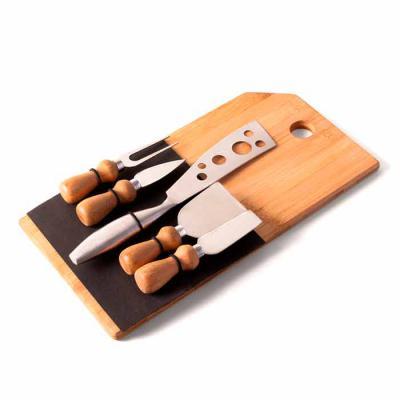 Amélio Presentes - Kit queijo Personalizado com 6 peças com tábua de bambu. Contém: Garfo, Faca com ponta, Espátula, Faca reta, Tábua de bambu e Faca para Frios em metal...